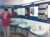 Waschraum im Hafen der Insel D'yeu - ohne Haken und Ablagemöglichkeit für Kleidung