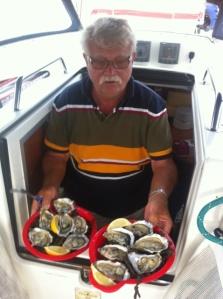 Hart ist das leben auf See . Der skipper serviert Austern zum Trost