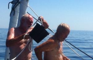 Claus und Zisch  bei der Körperpflege auf See. Das Wasser ist zwar kalt aber man weiß wenigstens, wohin mit den Klamotten.